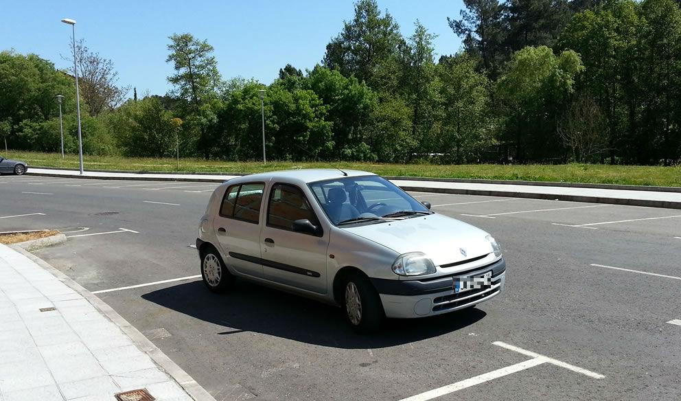 Coche mal aparcado en A Valenza 2