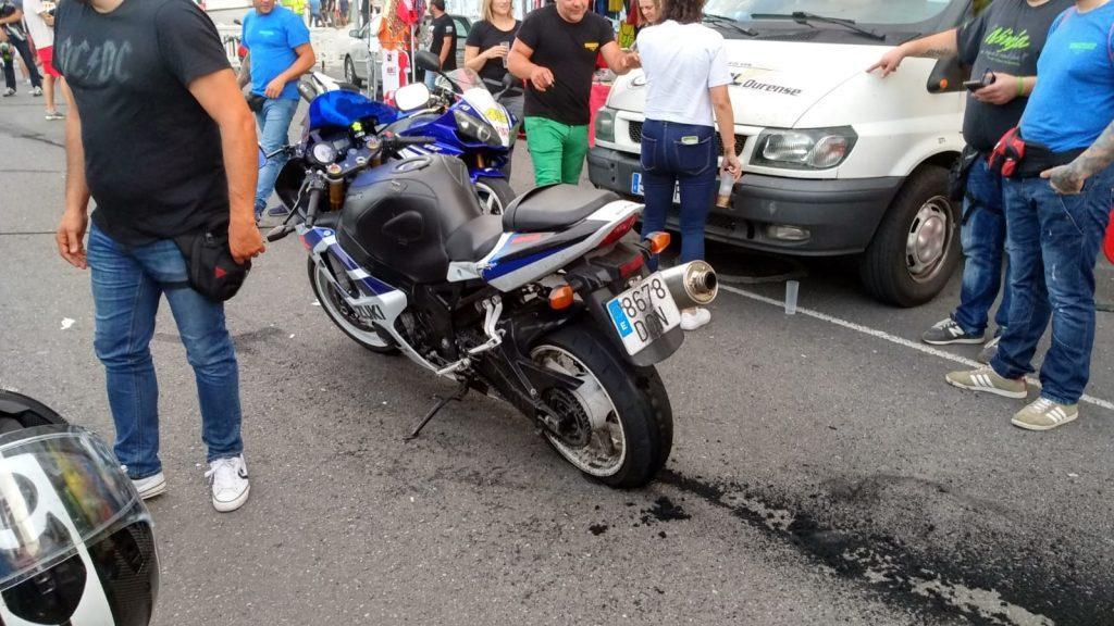 Moto con rueda destrozada