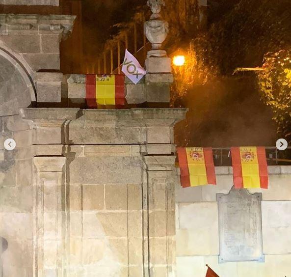 Banderas de España y Vox en As Burgas