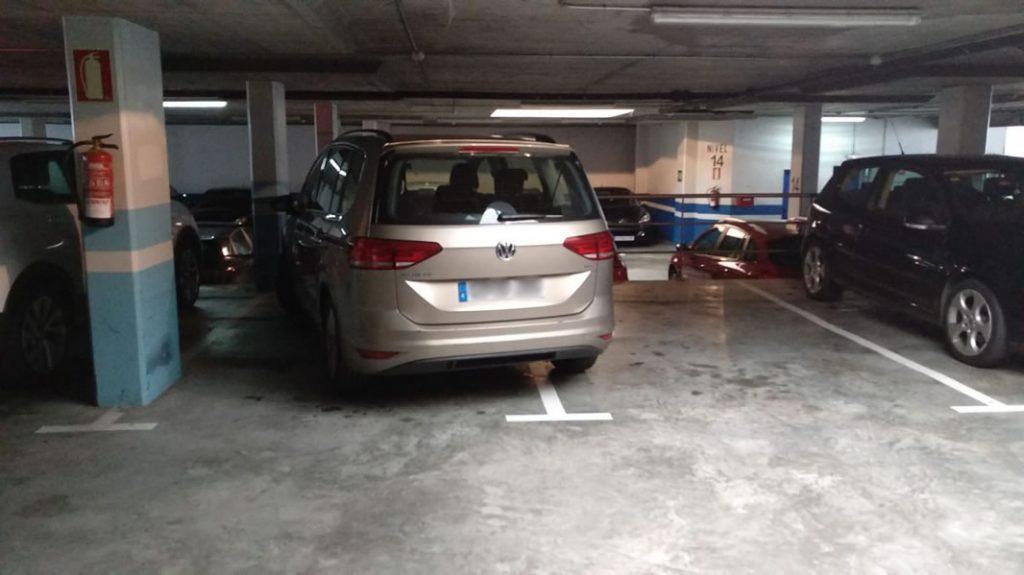 Coche mal aparcado en parking Concordia
