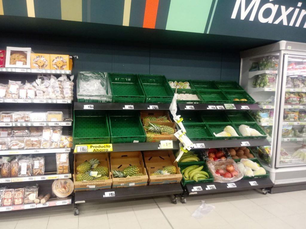 Las estanterías de los supermercados en Ourense sufren la crisis del coronavirus