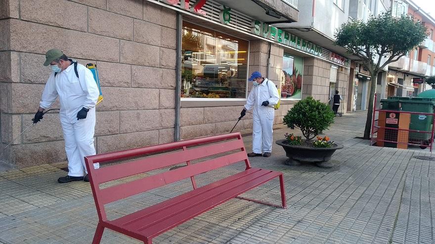 Operarios desinfectando la calle